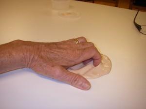 Handträning med mjuk lera