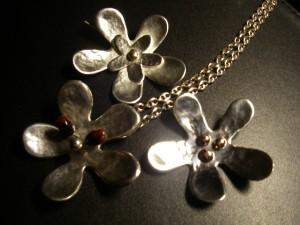 Blommor med pärlor av silver, koppar eller glas exkl halsband Pris: 1.500:-/st