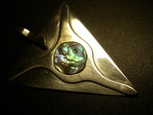 """""""Hjorthuvud"""" silverhänge med öga av pauashell Såld"""