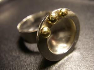 Ring med 3 st guldkulor längs sargen Såld