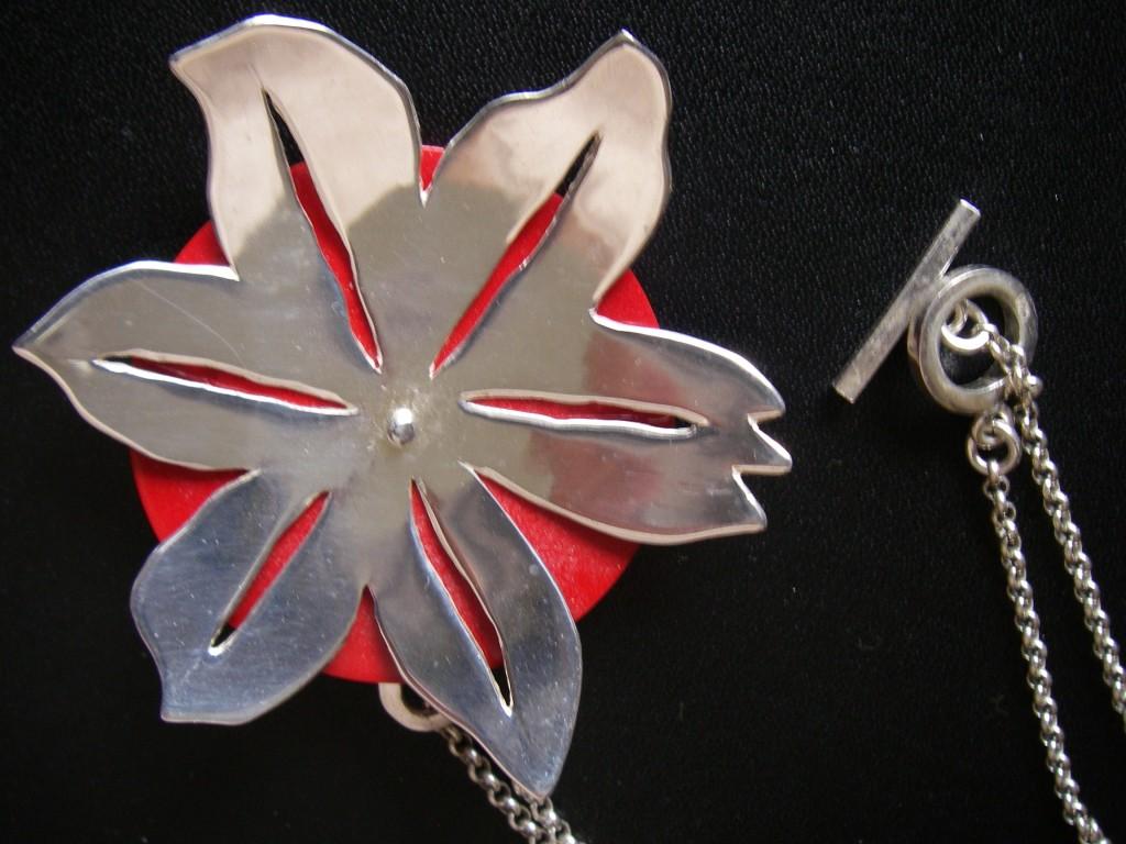Stora stjärnan fram och lilla stjärnan bak i silver med mellanstycke i röd korall inkl. silverlänk 3.800:-