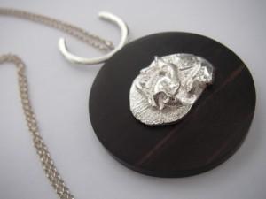 Silvernugget på ebenholts inkl halskedja Pris 700:-