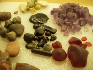 stenar i ljust lila, rött och guld