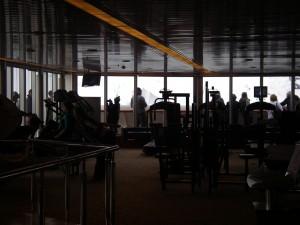 Vy tvärs ignom träningslokalen, vackra isberg i bakgrunden