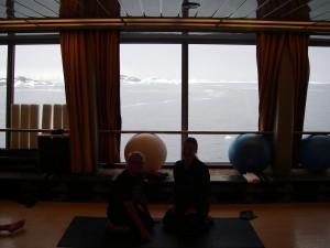 Min personlige tränare och jag på kryssningsfartyget på väg till Antarctis