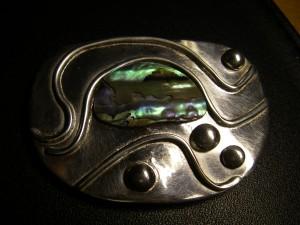 Egentillverkad silverbrosch med vågor och pauashell från Nya Zealand