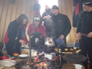 Matlagningsdags i kåtan