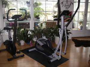 Träningscykel och crosstrainer mitt i vardagsrummet