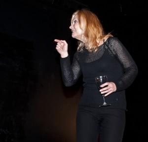 Elisabeth Falk i föreställningen Bländade - om två systrar