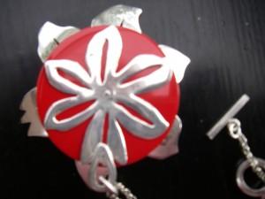 Baksidan av mitt eget tillverkade silverhänge med röd korall