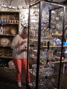 Utställning av JvS silversmycken i Kaknästornets butik