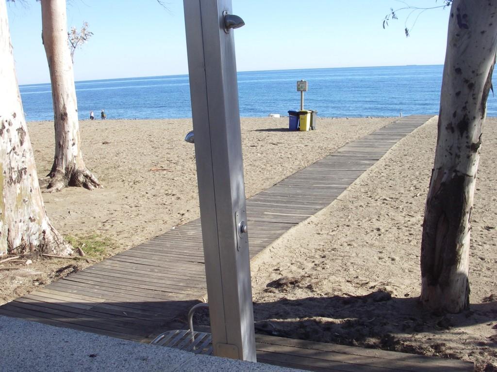 Byggda spångar till stranden