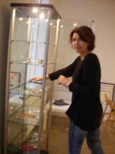 Natalia förbereder mina smycken för vernissagen