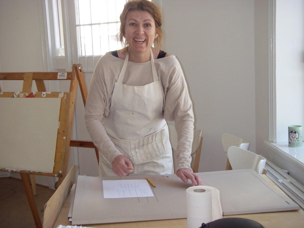 Natalia i full gång på målningskursenpå VSA