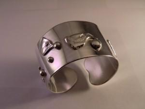 Armring i silver med detaljer i guld och silver Pris 3.500:-