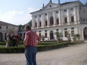Greve Marcello framför sin villa
