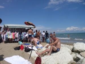 Klädesaffären drogs ner på stranden