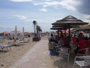 Med elmoppen ända ner till puben på stranden
