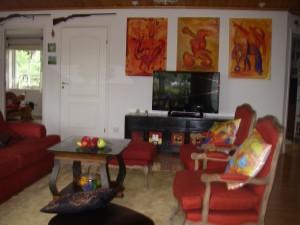 Bilderna på plats preliminärt i vardagsrummet