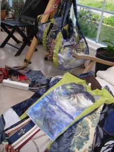 Kappor och väskor växer fram