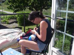 Arbetsträning med handsömnad i solen
