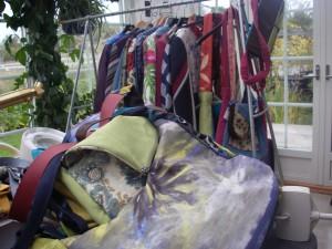 Kappor och jackor och väskor i lager