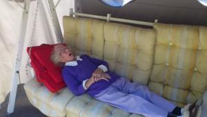 Mamma vilar i hammocken där hemma vilar