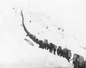 Ett tungt bärande, klättring Chilcoot Pass 1898. 1 miljon svenskar gav sig iväg för att få en bättre framtid