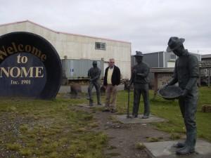 The three lucky swedes står som välkomstmottagning i Nome