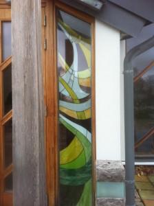Glaskonst vid kapellet Gröens ingång gjord av min bästis