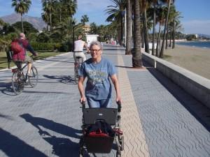 Med rollator längs San Pedros strandpromenad
