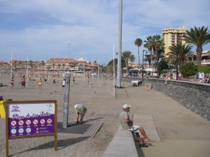 Så här nära hade vi till stranden från vårt gula höghus som syns till höger i bilden