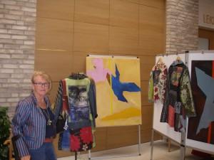 Minimalistiska bilder målade i olja målade med spatel och kappor sydda av mammas överblivna vävtyger och pappas slipsar
