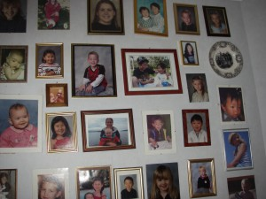 En hel vägg fylld med det allra käraste jag har, barn och barnbarn
