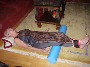 Med rulle under knävecken och tyngder om vristerna skall knämusklerna spännas och underbenen lyftas