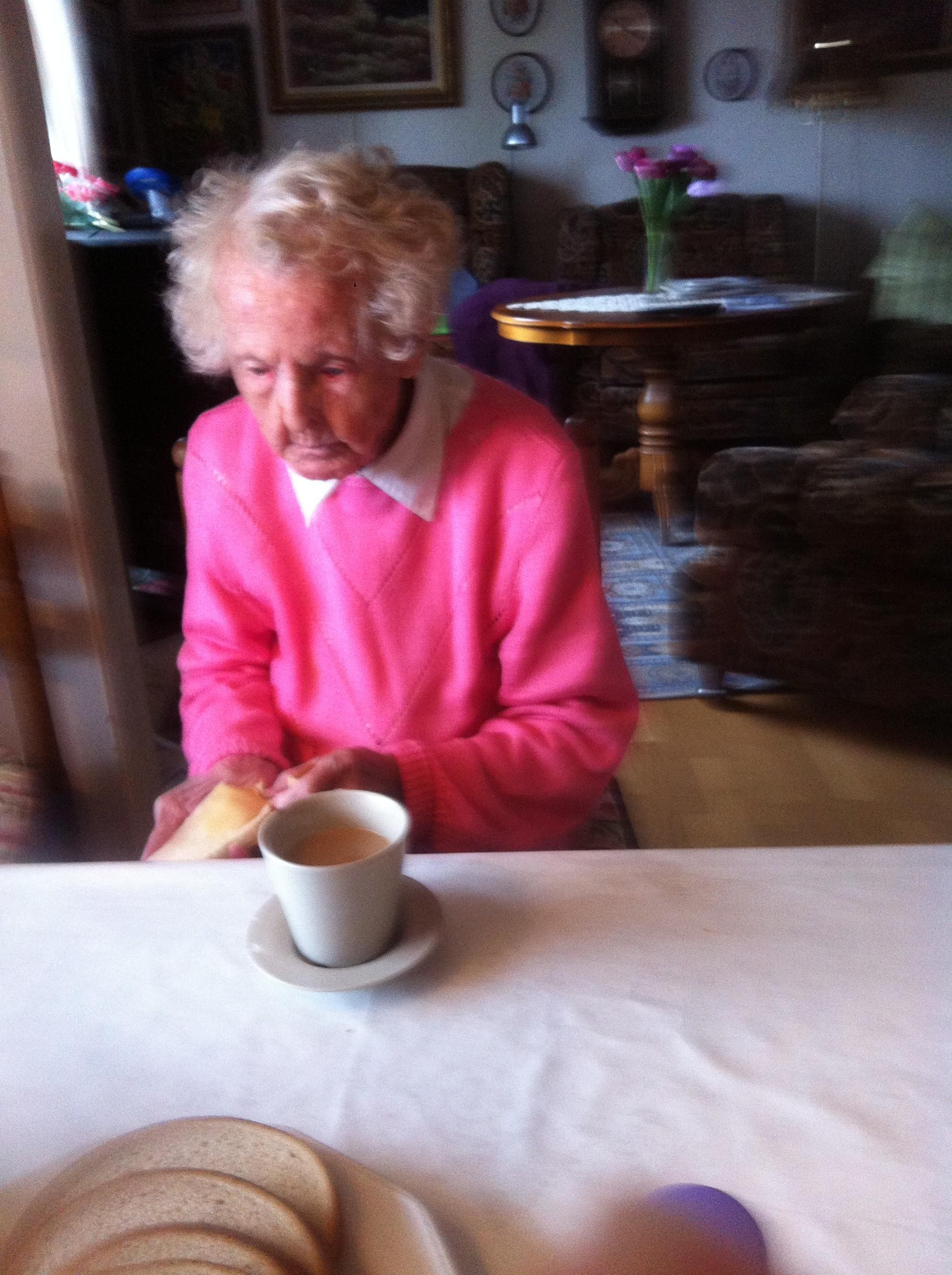 Mamma med kaffe och den älskade honungssmörgåsen
