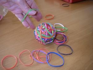 Handträning med gummiband