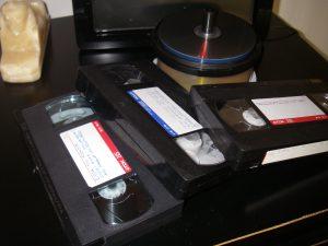 VHS-kasetter som skall föras över till DVD-skivor och sedan redigeras