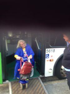 Nerför rampen från bussen