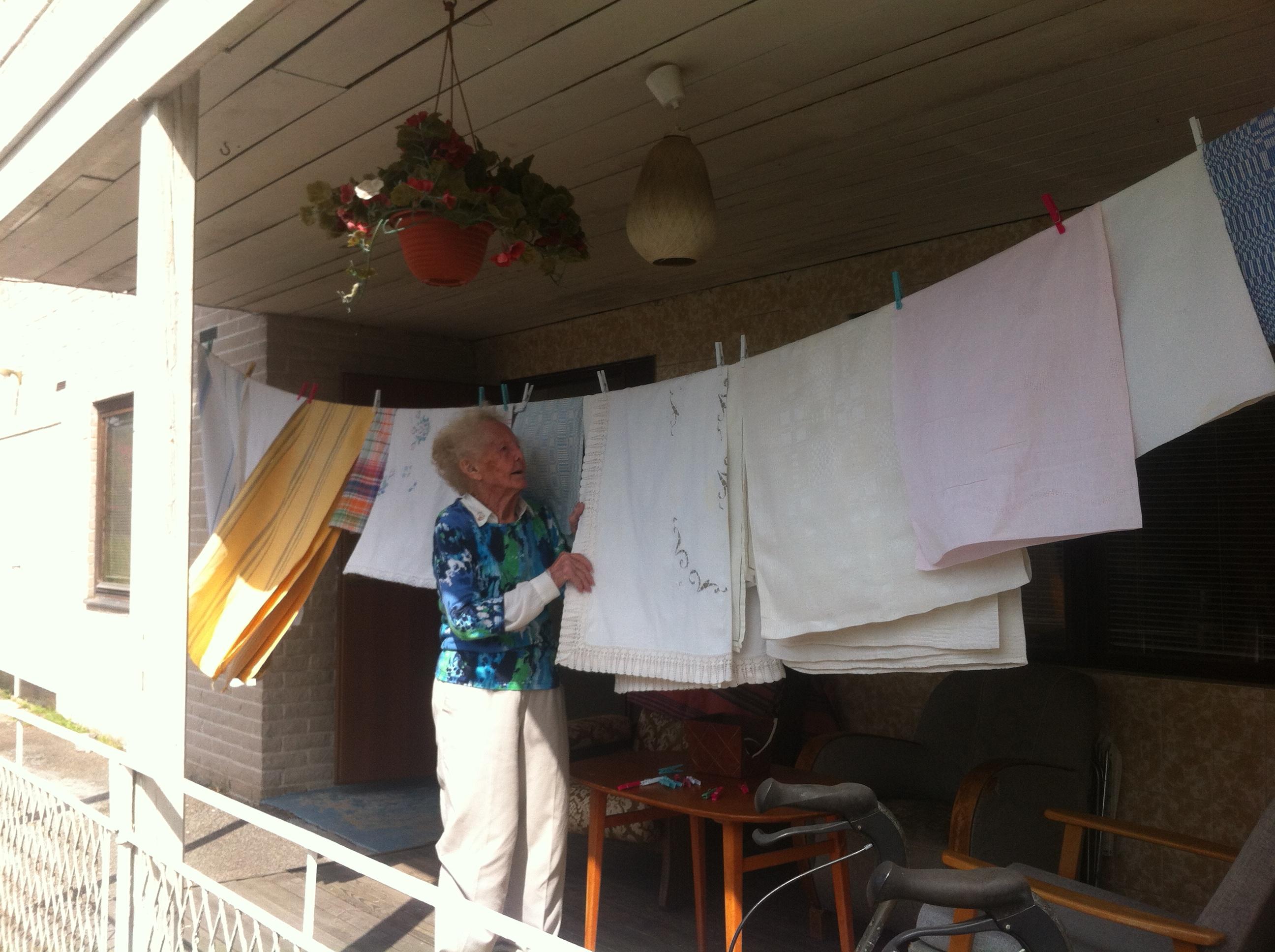 Mamma kollar om tvätten torkat