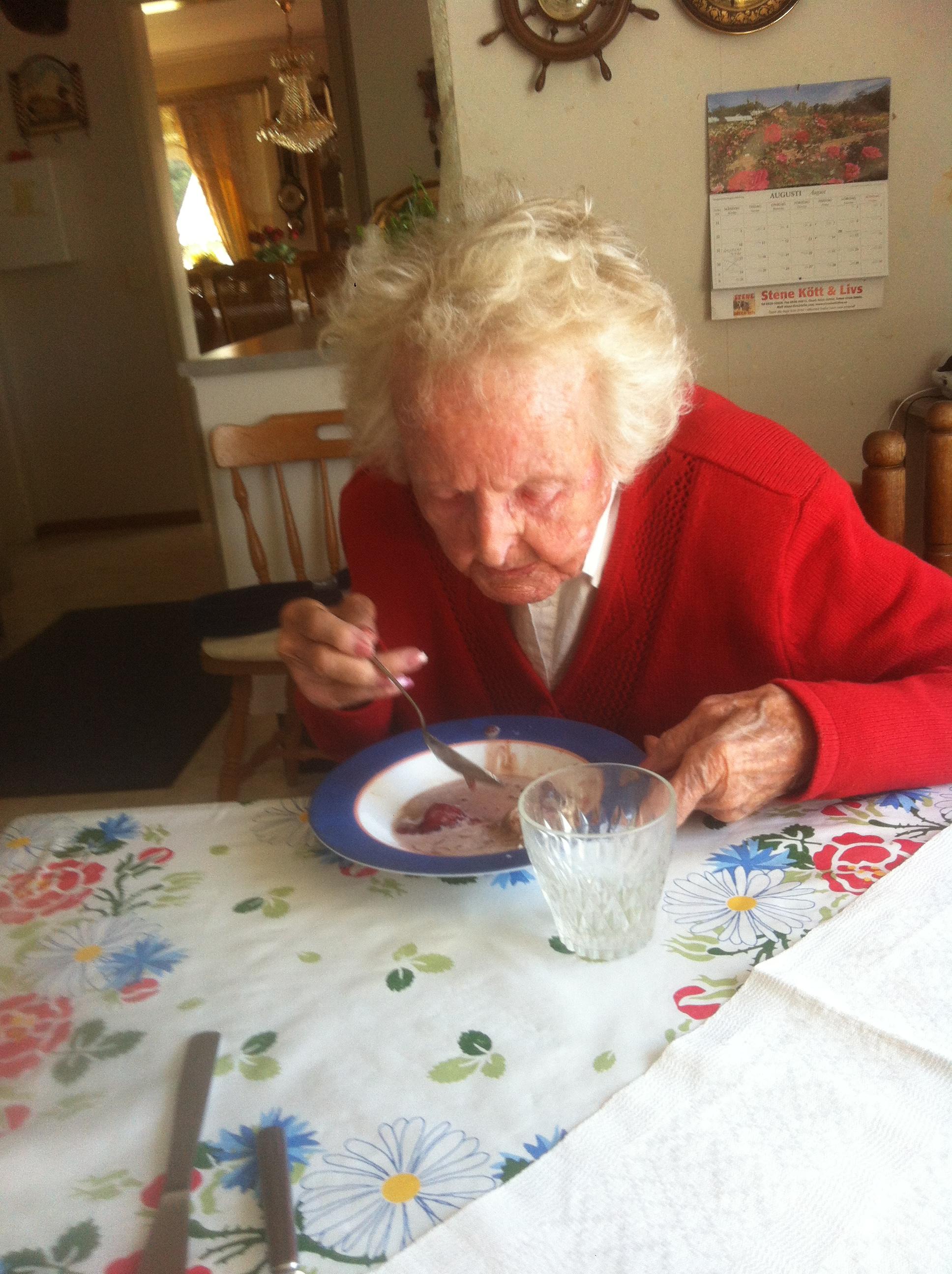 Mamma äter frukostgröten